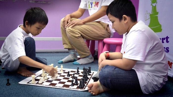 niños jugando al ajedrez